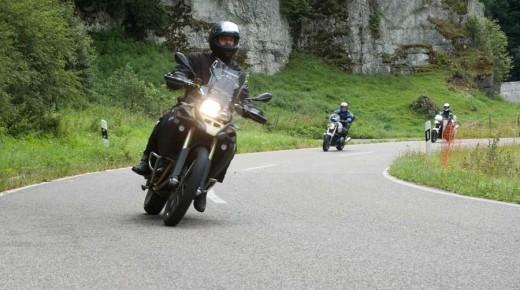 Motorradausfahrt-Blautopf-Besichtigung-Hattech-einspurig-unterwegs