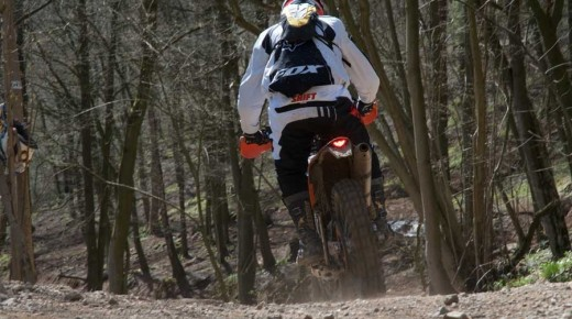 Bilstain-Stefans-Endurotraining-einspurig-unterwegs