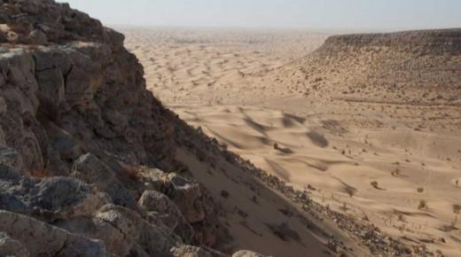 Tembain-Kasar-Ghilane-Tunesien-einspurig-unterwegs